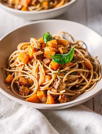 Spaghetti con tofu croccante e zucca