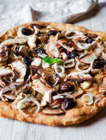 Pizza vegan cipolla, funghi e olive nere