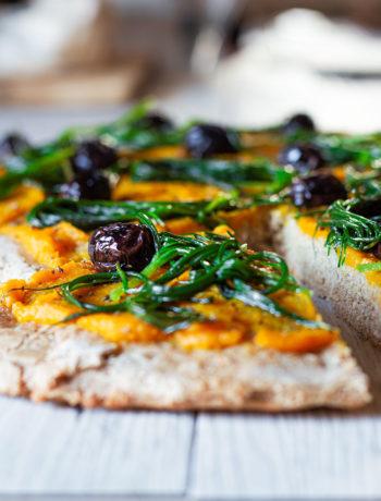 Pizza vegana con agretti, zucca e olive nere