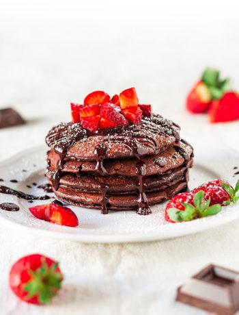 Pancake vegani al cacao con fragole e cioccolato
