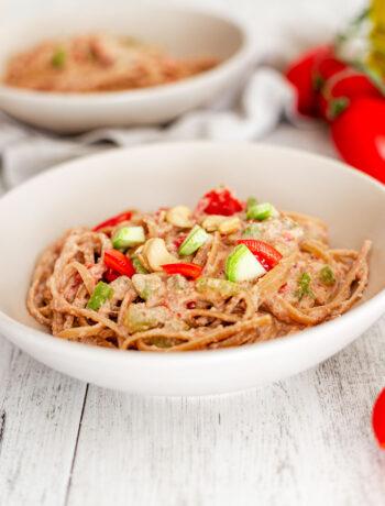 Linguine vegane alla salsa di noci e anacardi con zucchine e pomodorini