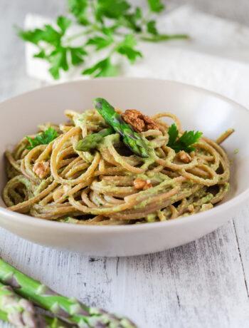 Spaghetti con salsa di asparagi e prezzemolo
