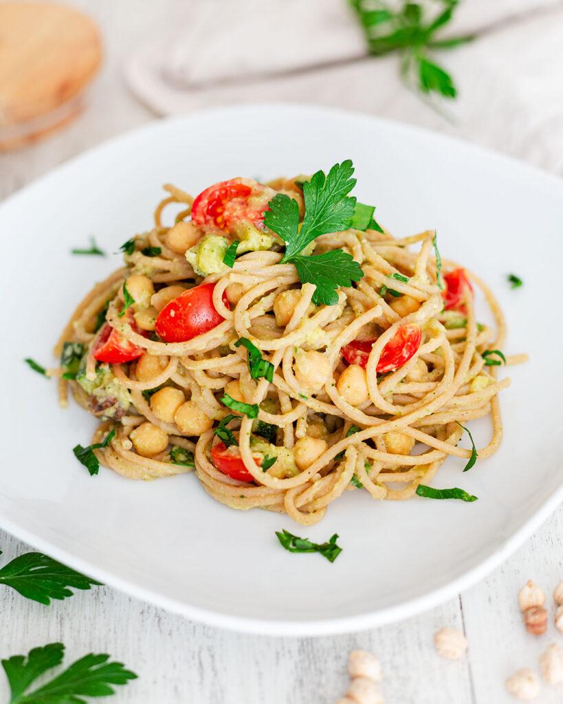 Spaghetti con zucchine, ceci e pomodorini