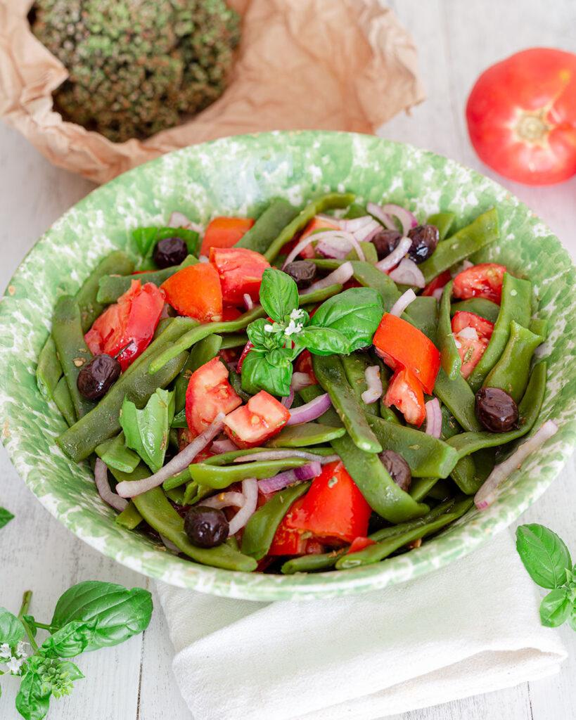 Insalata di pomodori e fagiolini alle erbe