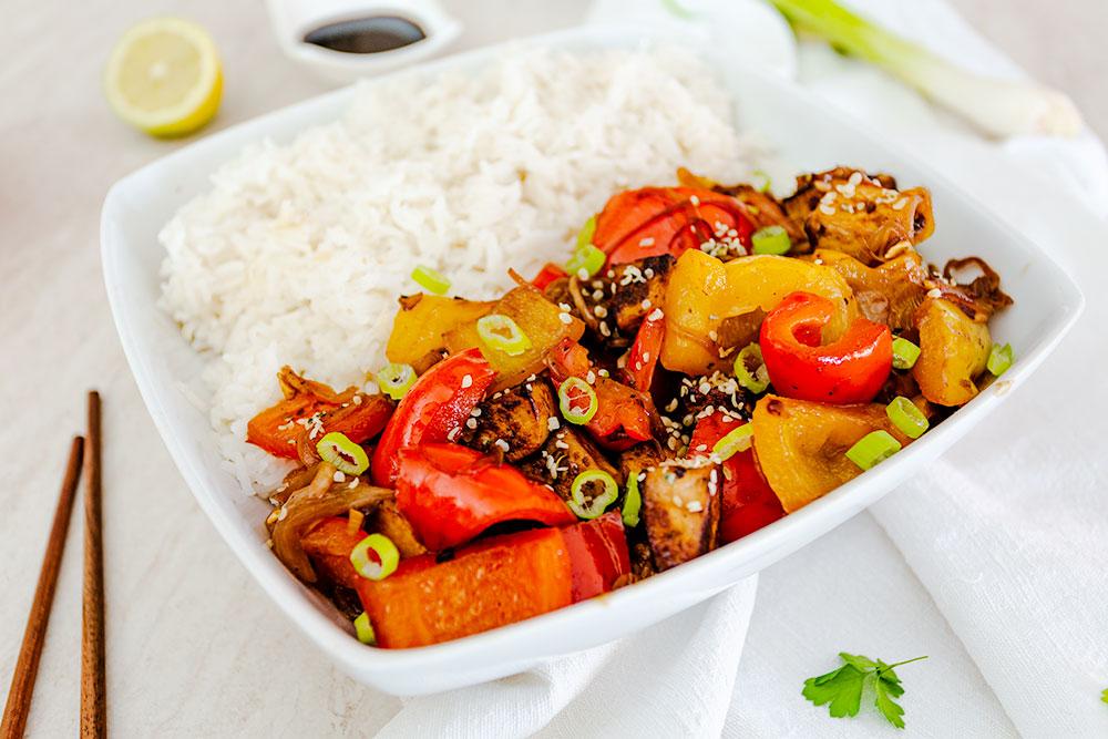 Come preparare il tofu con peperoni, sesamo e riso basmati